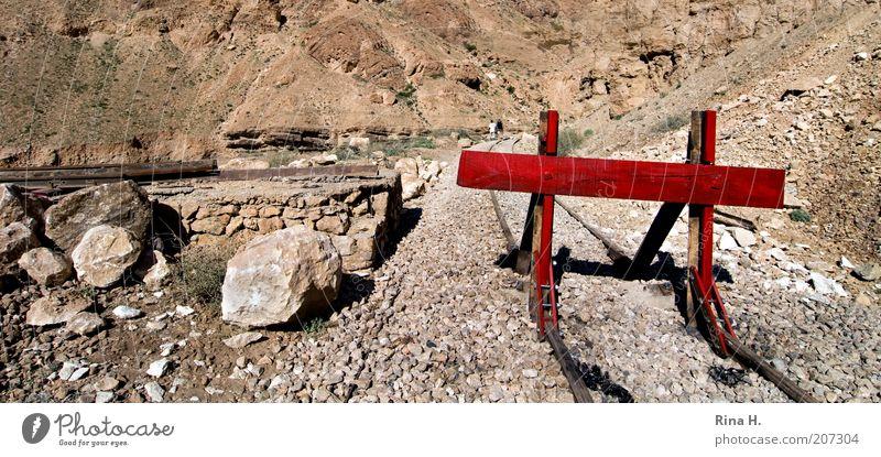 STOPP !! rot Stein hell braun Felsen authentisch stoppen Ende heiß verfallen trocken Gleise Verfall Verkehrswege Desaster Zerstörung
