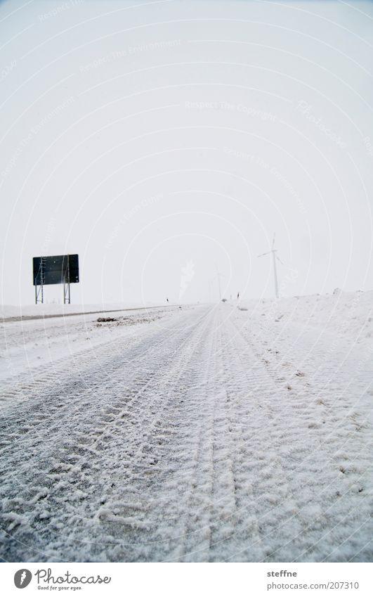 Unbedingt kühlen! Winter Eis Frost Schnee Straße Verkehrszeichen Verkehrsschild frisch kalt Reifenspuren Reifenprofil Farbfoto Außenaufnahme Strukturen & Formen
