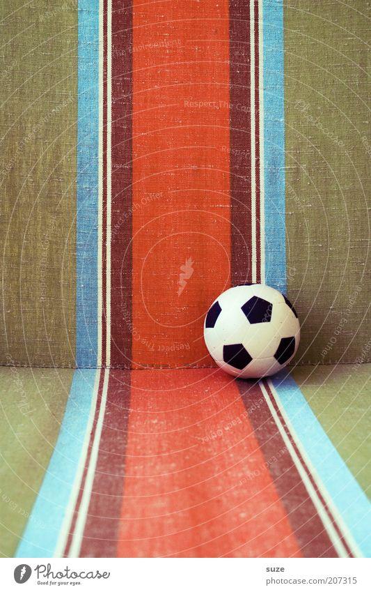 WM '74 Lifestyle Design Freizeit & Hobby Fußball Ball Spielzeug Linie Streifen retro rund Dinge Farbfoto mehrfarbig Außenaufnahme Detailaufnahme Menschenleer