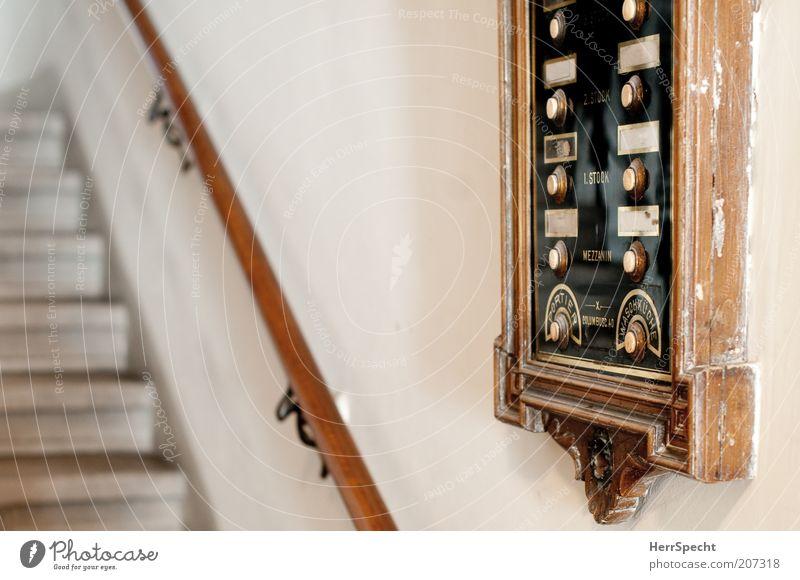 Waschküche - unten rechts klingeln alt weiß schwarz Wand braun Schilder & Markierungen Treppe Schriftzeichen authentisch außergewöhnlich historisch
