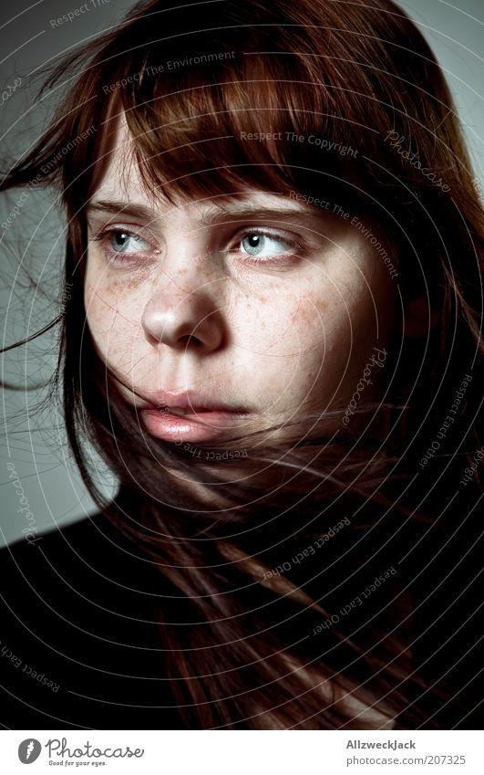 Hair feminin Junge Frau Jugendliche Haare & Frisuren Gesicht 1 Mensch 18-30 Jahre Erwachsene brünett langhaarig Pony Gefühle friedlich Hoffnung Sommersprossen