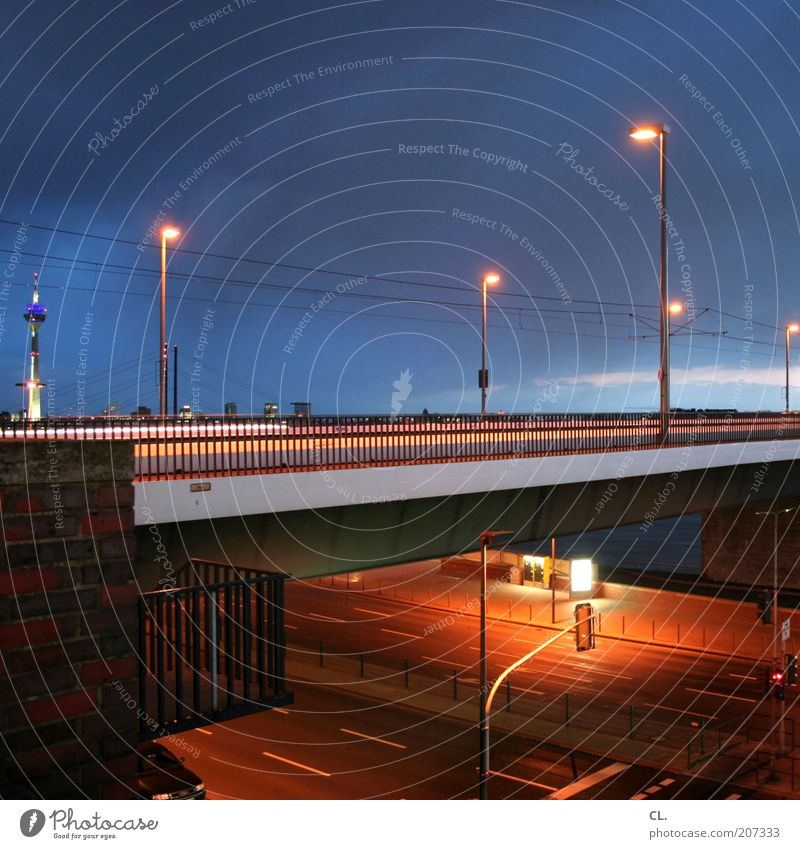 oberkasseler Stadt Straße dunkel Wand Architektur Wege & Pfade Gebäude Mauer Verkehr Brücke Turm Skyline Laterne Straßenbeleuchtung Sehenswürdigkeit Ampel