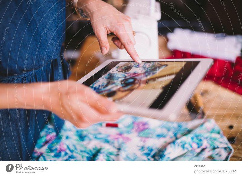 Frau, die Foto mit digitaler Tablette macht Mensch Jugendliche Junge Frau Hand Lifestyle feminin Business Mode Design Arbeit & Erwerbstätigkeit Freizeit & Hobby