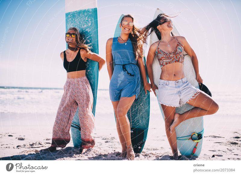 Gruppe Mädchen, die Spaß mit Surfbrettern auf Strand haben Freude Ferien & Urlaub & Reisen Freiheit Sommer Sommerurlaub Sonne Meer Sport Frau Erwachsene