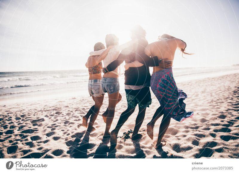Glückliche Gruppe junge erwachsene Freunde, die zusammen auf den Strand gehen Mensch Jugendliche Mann Sommer Meer Freude 18-30 Jahre Erwachsene Lifestyle