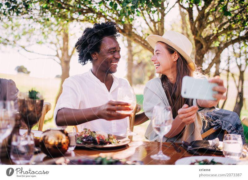 Nette junge erwachsene Paare, die Foto Picknick am im Freien machen Essen Mittagessen Abendessen trinken Wein Teller Lifestyle Freude Sommer Garten Party