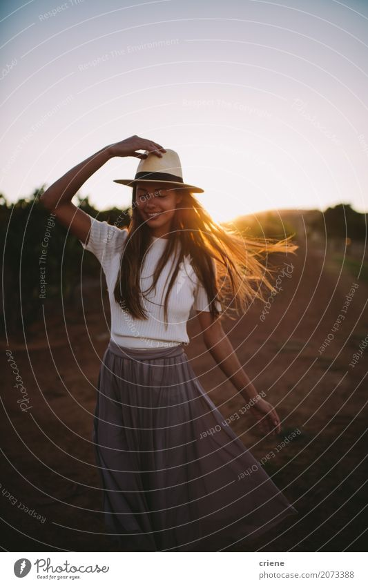 Glückliches Countrygirl auf Ackerland im Sonnenuntergang Lifestyle Freude schön Sommer Mensch feminin Junge Frau Jugendliche Erwachsene 1 18-30 Jahre