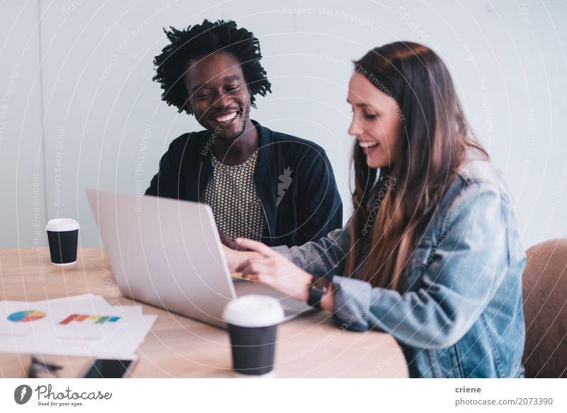 Junge erwachsene Geschäftsleute, die Sitzung im Büro haben Kaffee Glück Schreibtisch Erfolg Arbeit & Erwerbstätigkeit Business sprechen Notebook