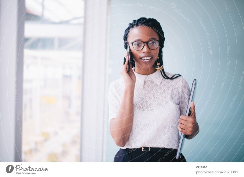 Afrikanische Geschäftsfrau in einem Gespräch am Telefon Frau Jugendliche Junge Frau Erwachsene sprechen feminin Business Arbeit & Erwerbstätigkeit Büro modern