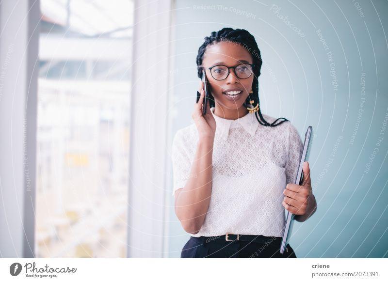 Frau Jugendliche Junge Frau Erwachsene sprechen feminin Business Arbeit & Erwerbstätigkeit Büro modern Erfolg stehen Lächeln Telefon Beruf Karriere