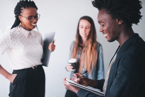 Mensch Freude Erwachsene Lifestyle sprechen Business Menschengruppe Arbeit & Erwerbstätigkeit Büro Kommunizieren Erfolg Kreativität Lächeln Idee Papier Sitzung