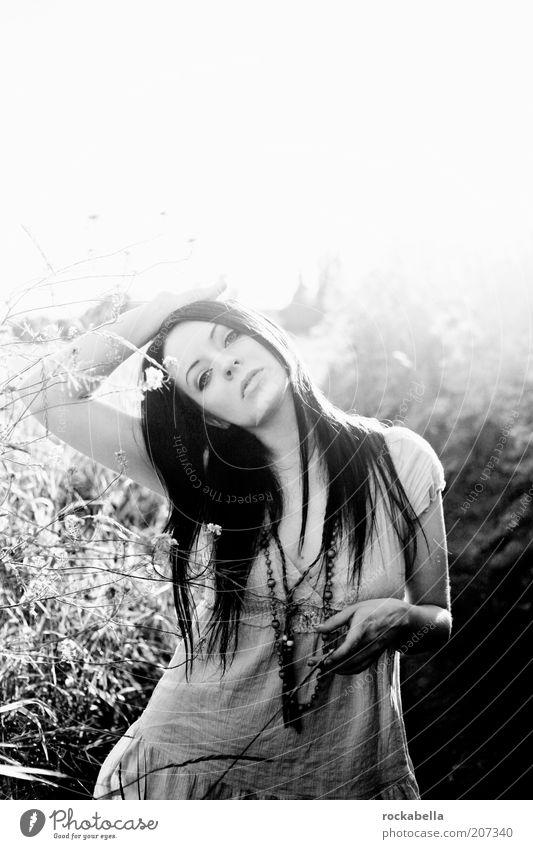 Frau im Feld Lifestyle elegant Stil schön feminin Junge Frau Jugendliche 18-30 Jahre Erwachsene Kultur Jugendkultur Subkultur Hippie Mode Erholung ästhetisch