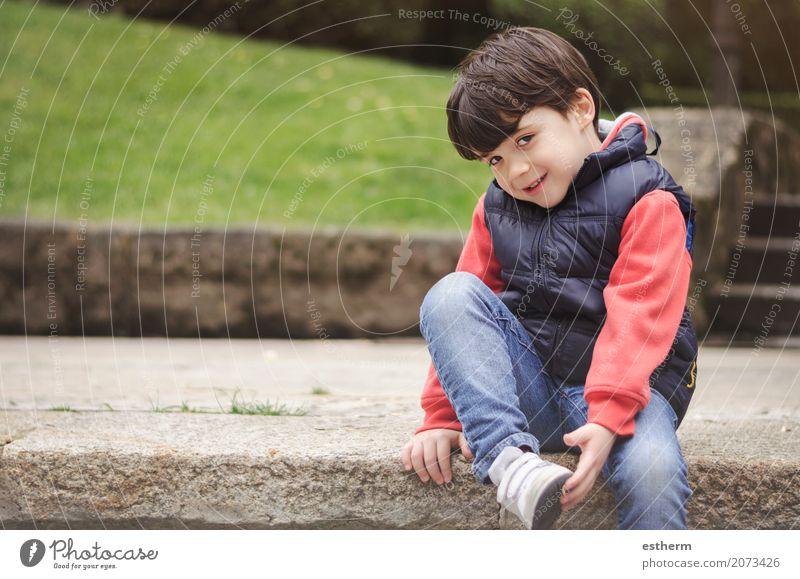 Lächelnder Junge im Park Mensch Kind Freude Lifestyle Gefühle lustig lachen Spielen Glück Garten Freizeit & Hobby Kindheit sitzen Fröhlichkeit