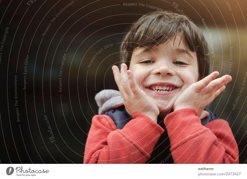 Lächelnder Junge im Park Lifestyle Ferien & Urlaub & Reisen Abenteuer Mensch maskulin Kind Kleinkind Kindheit 1 3-8 Jahre Feste & Feiern lachen Spielen toben