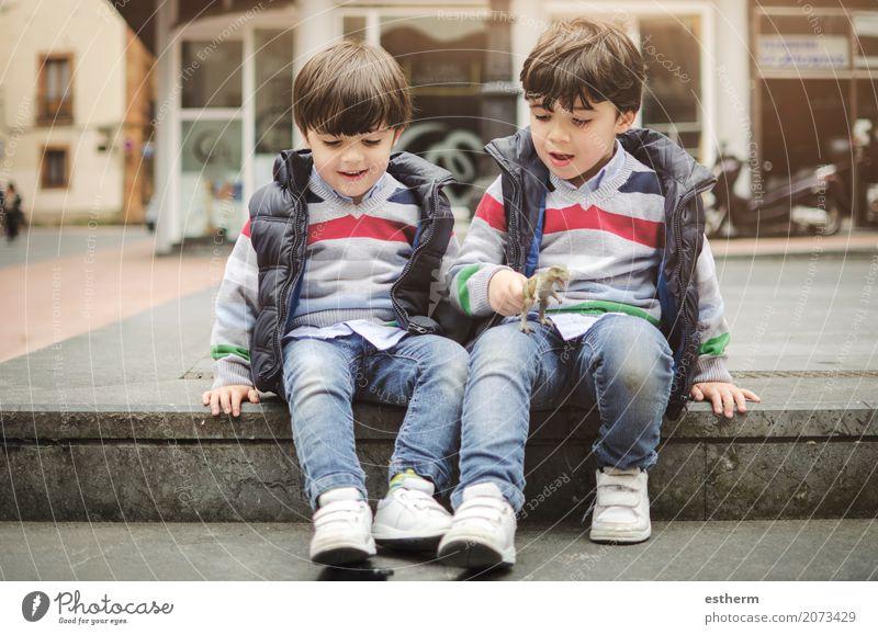 Lächelndes Zwillingsbrüderspielen Mensch Kind Freude Lifestyle Liebe Gefühle lachen Familie & Verwandtschaft Denken Zusammensein Freundschaft Freizeit & Hobby