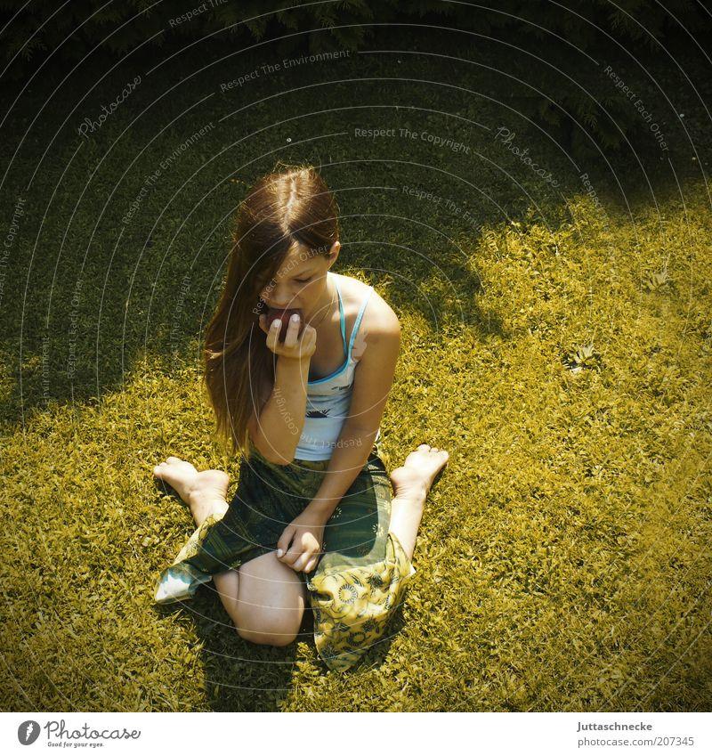 Pfirsichprinzessin Mensch Kind Jugendliche Mädchen Sommer ruhig Ernährung Erholung Wiese feminin Gras Glück Zufriedenheit blond Essen