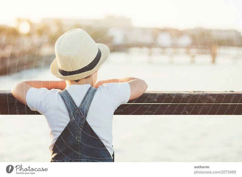 Durchdachter Junge mit Hut Mensch Kind Ferien & Urlaub & Reisen Einsamkeit ruhig Strand Lifestyle Traurigkeit Gefühle Küste Freiheit Denken Kindheit Abenteuer