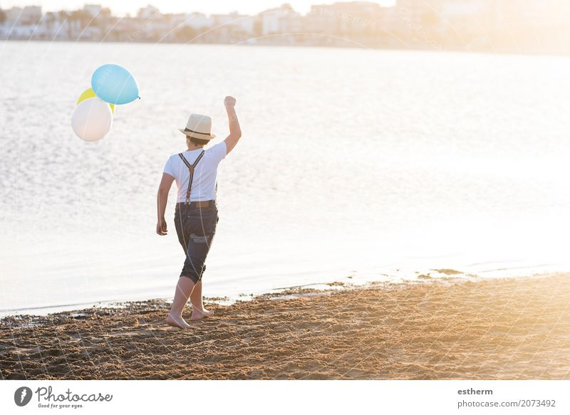 kleiner Junge mit bunten Luftballons Mensch Kind Ferien & Urlaub & Reisen Sommer Meer Einsamkeit Lifestyle Liebe Gefühle Küste Glück Freiheit Denken