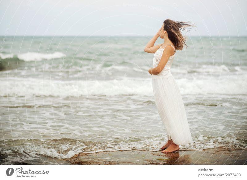 nachdenkliche Frau am Strand Mensch Ferien & Urlaub & Reisen Jugendliche Junge Frau Sommer schön Meer Erholung Einsamkeit 18-30 Jahre Erwachsene Lifestyle