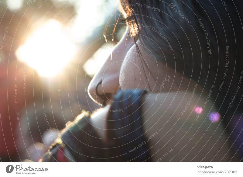 lichtblick Jugendliche Sonne Traurigkeit Wärme hell Erwachsene Nase beobachten Gelassenheit nachdenklich brünett Punk Piercing verträumt Abend