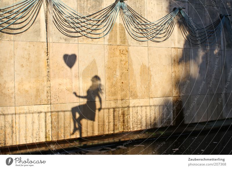 PS: Freu mich auf dich! Frau schön Junge Frau Wand Leben Gefühle feminin Liebe Mauer außergewöhnlich Zufriedenheit sitzen frei ästhetisch Fröhlichkeit genießen