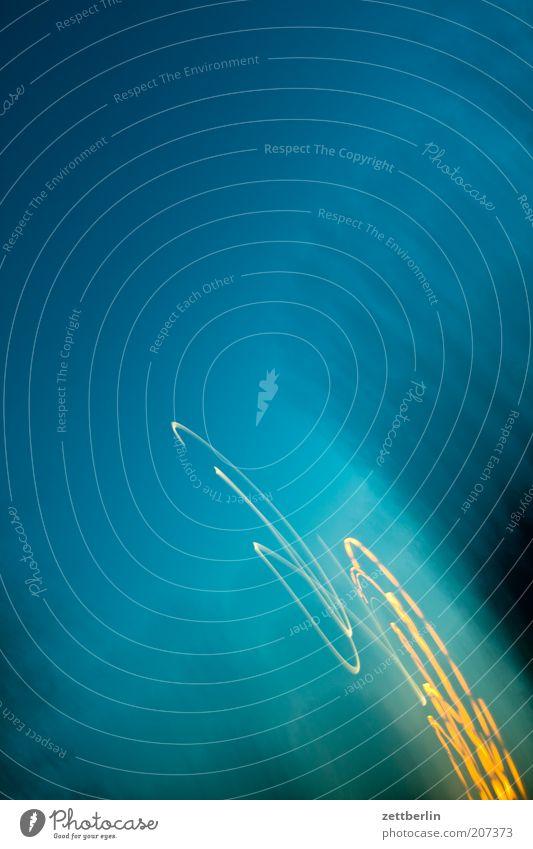 Start Geschwindigkeit Leuchtspur glänzend Feuerwerk Abend Nacht Licht Schnörkel chaotisch durcheinander unordentlich Unschärfe Bewegung Dynamik Schwung Himmel
