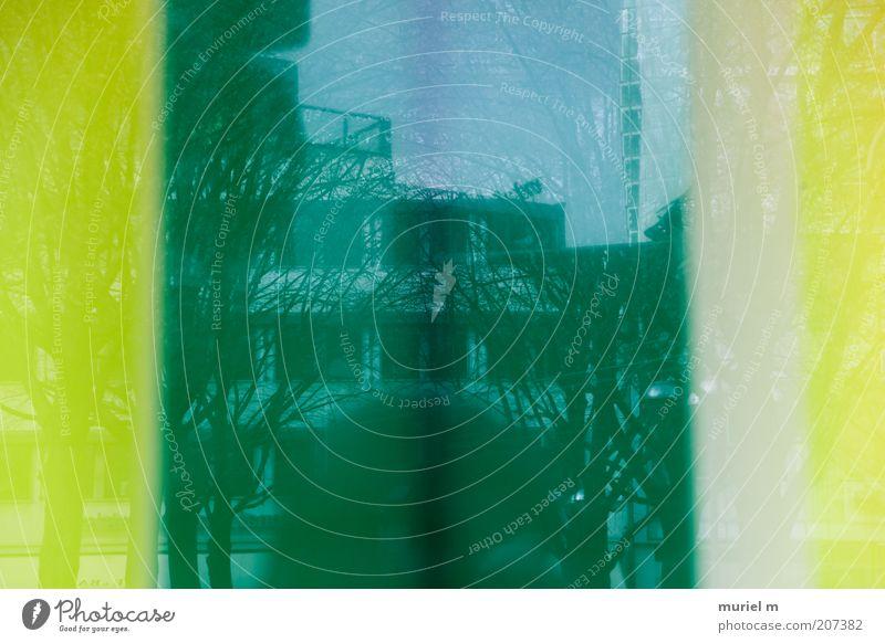 Grünstreifen grün Haus gelb Fenster Gebäude Architektur Fassade Bauwerk Surrealismus abstrakt Fotografieren Spiegelbild Symmetrie Umgebung Glasscheibe Schatten