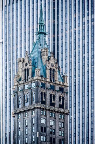 Kitsch | mehr stille Einfalt als edle Größe blau Stadt Architektur grau oben Fassade Linie Häusliches Leben Hochhaus Perspektive hoch Turm Macht Streifen Dach