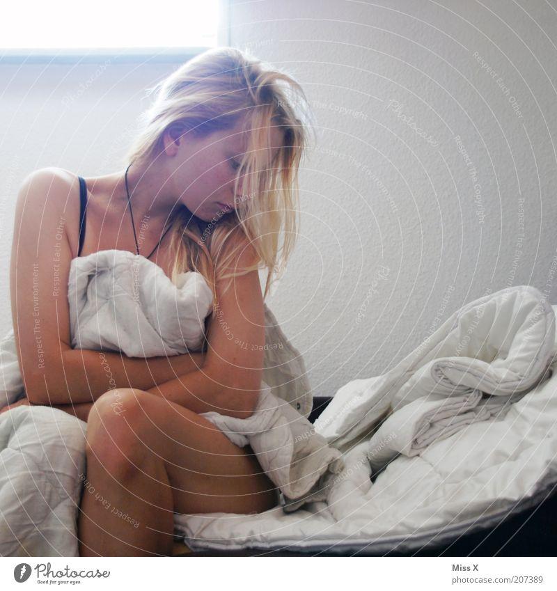 müde Bett Schlafzimmer Mensch feminin Junge Frau Jugendliche 1 18-30 Jahre Erwachsene schön Gefühle Stimmung Traurigkeit Liebeskummer Müdigkeit Sehnsucht