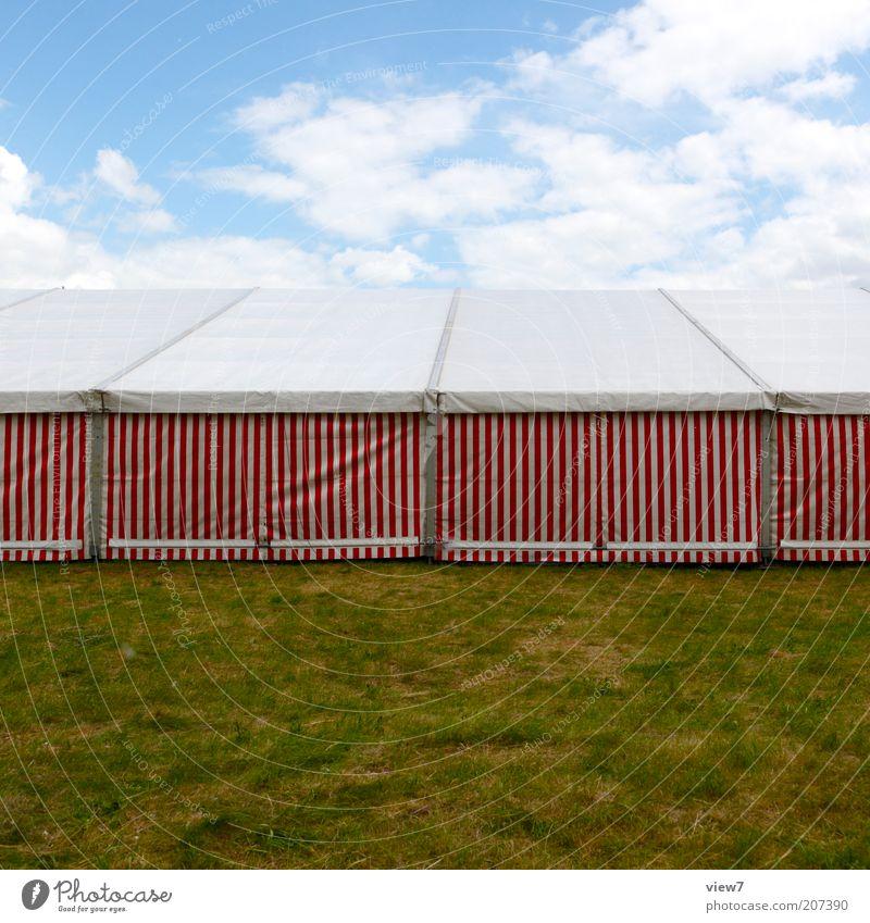 Festzelt Linie Streifen stehen eckig einfach retro rot weiß ruhig Zelt Bierzelt Rasen Abdeckung Farbfoto mehrfarbig Außenaufnahme Textfreiraum oben