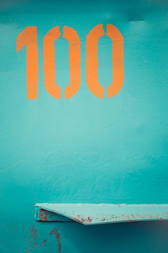 Dinge blau Farbe Hintergrundbild orange Design Metall Schilder & Markierungen Zeichen Grafik u. Illustration Ziffern & Zahlen Werbung graphisch türkis Rost