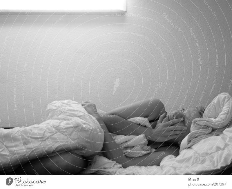 müde II Mensch Jugendliche Einsamkeit feminin Gefühle träumen Traurigkeit Stimmung Erwachsene schlafen Bett Sehnsucht Müdigkeit Frau weinen einzeln