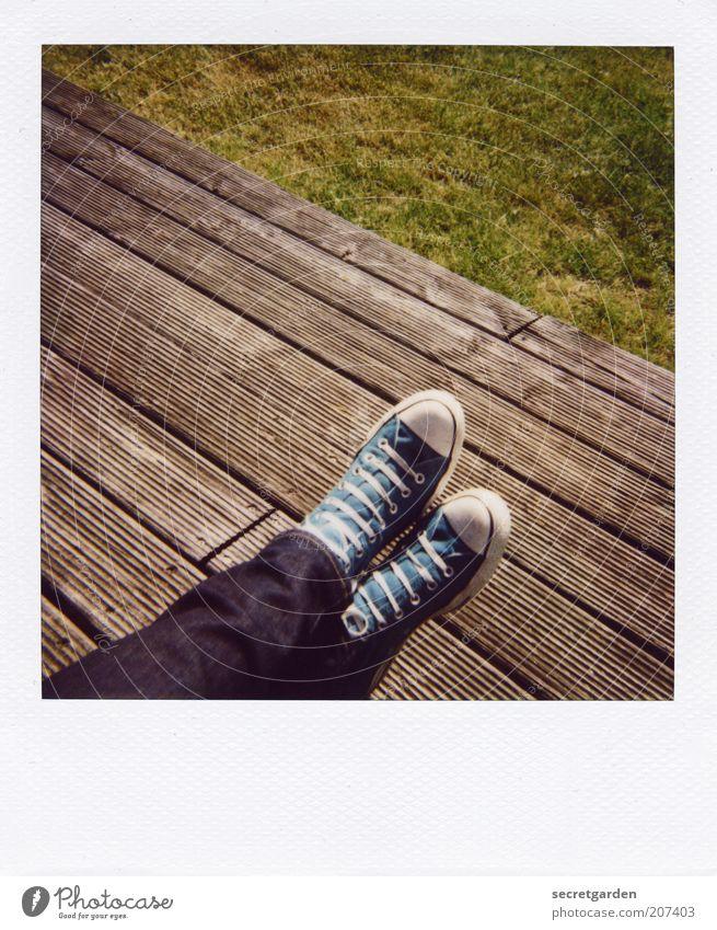 [H 10.1] gräfliche füsse. Wohlgefühl Zufriedenheit Erholung ruhig Sommer Mensch Beine Fuß Schönes Wetter Gras Terrasse Jeanshose Schuhe Turnschuh Chucks Holz