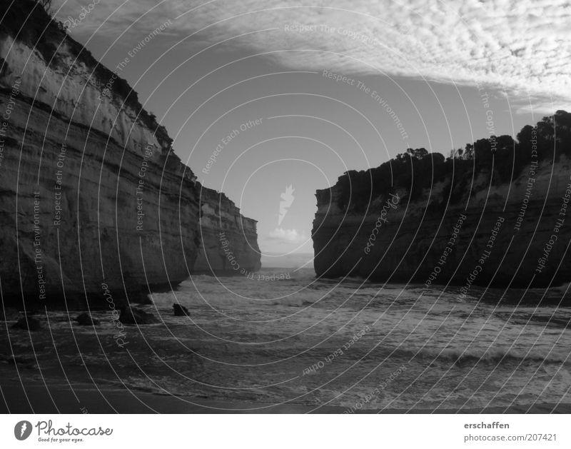 heavyness Wasser Himmel Meer Strand Einsamkeit dunkel kalt Gefühle grau Stein Sand Landschaft Stimmung Kraft Wellen Küste
