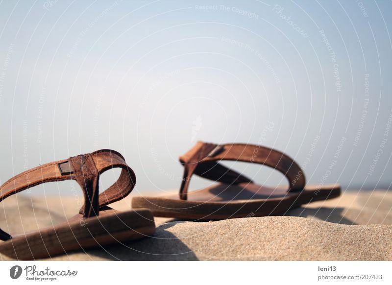 Strandspaziergang Himmel Sommer Meer Ferien & Urlaub & Reisen Erholung Sand Wärme braun liegen paarweise Symbole & Metaphern Sommerurlaub Sandale Flipflops