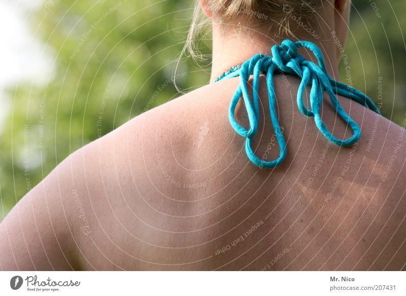 back Wellness Wohlgefühl Zufriedenheit feminin Frau Erwachsene Haut Rücken Bikini muskulös dünn Schulter schulterblatt Knoten Schleife Natur Wirbelsäule Nacken