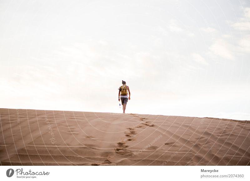 Mann am Horizont Mensch maskulin Erwachsene Körper 1 18-30 Jahre Jugendliche Natur Landschaft Wärme Strand Wüste T-Shirt langhaarig Sand gehen Stimmung Freiheit