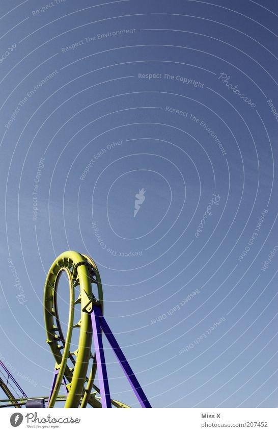loop II Feste & Feiern Angst Freizeit & Hobby hoch rund fahren Jahrmarkt Wolkenloser Himmel Blauer Himmel Achterbahn