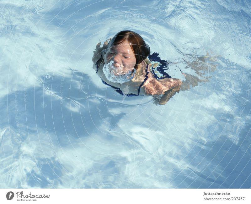 Amphi Bièn Mensch Kind blau Ferien & Urlaub & Reisen Mädchen Sommer Freude feminin Bewegung Kindheit Wellen Freizeit & Hobby Schwimmen & Baden Energie Schwimmbad Klarheit