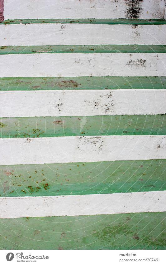 treppauf weiß grün dreckig hoch Treppe Streifen aufwärts Symmetrie Bildausschnitt Abwechselnd Steintreppe