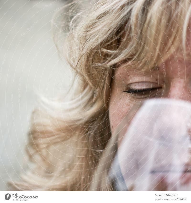 Genuss. Frau Gesicht Haare & Frisuren blond elegant Mund Getränk trinken Wein genießen Locken durchsichtig Alkohol langhaarig Pony Sommersprossen