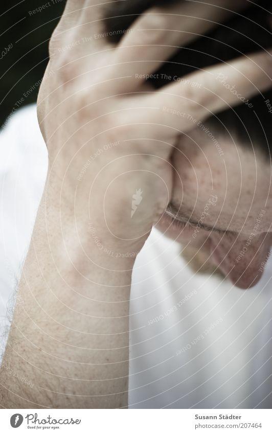 versunken. Mann Hand Jugendliche weiß ruhig Haare & Frisuren Kopf Traurigkeit warten Erwachsene Finger T-Shirt einfach Vertrauen Schmerz nachdenklich