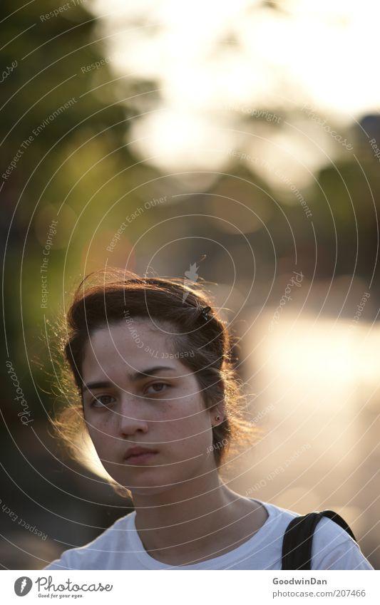 Suchend V Mensch feminin Junge Frau Jugendliche brünett Blick authentisch schön Wärme Gefühle Stimmung Farbfoto Außenaufnahme Dämmerung Schwache Tiefenschärfe