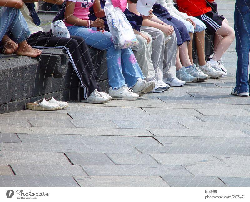 Füsse 2 Mensch Kind Sommer Erholung Menschengruppe Beine Zusammensein Pause Schönes Wetter Turnschuh Schulklasse Fuß Kinderfuß Schulausflug