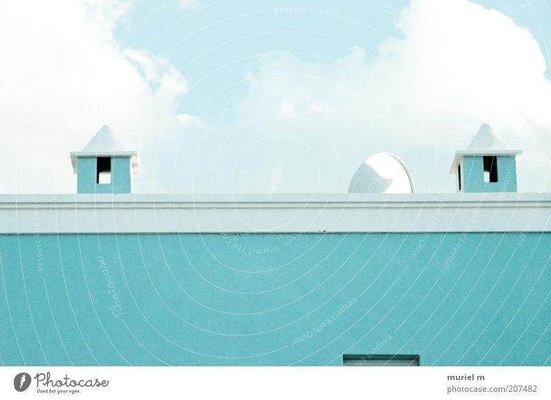 himmelblau türkis blau Haus Wand Mauer Gebäude Architektur Dach Bauwerk türkis Schornstein Satellitenantenne
