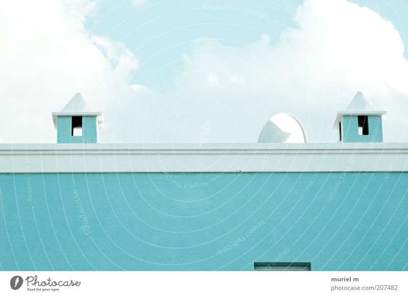 himmelblau türkis Haus Bauwerk Gebäude Architektur Mauer Wand Dach Schornstein Satellitenantenne Farbfoto Detailaufnahme Menschenleer Textfreiraum unten Tag