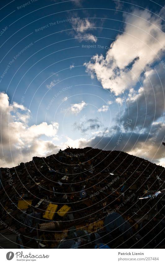 Müllberg Umwelt Blick müllberg Blech Schrott Schrottplatz schrottreif alt kaputt hoch Berge u. Gebirge Himmel blau Wolken Gegenteil weiß Beleuchtung