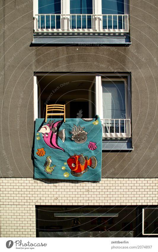 Findet Nemo! Stadt Haus Fenster Wand Mauer Fassade Textfreiraum Häusliches Leben Luft offen Fisch Wohnhaus Stadtzentrum Filmindustrie Wohnhochhaus Decke