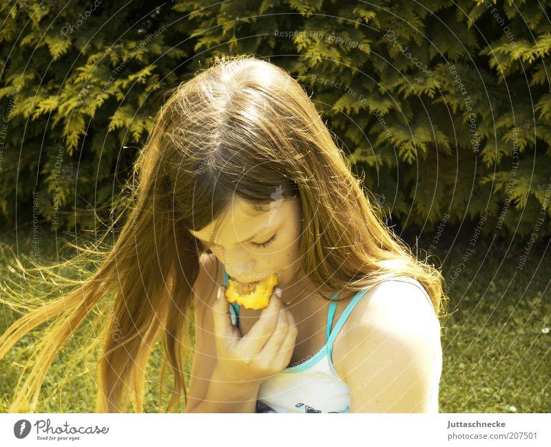 Sommersnack Mensch Kind Mädchen grün Sommer Ernährung Leben Erholung Wiese Garten Zufriedenheit blond Essen Wind Frucht