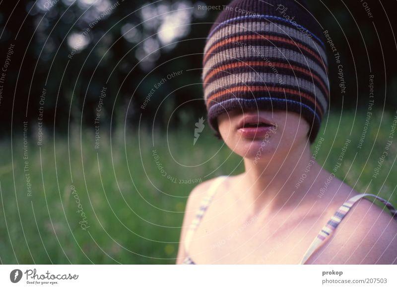Orientierungslos Mensch feminin Junge Frau Jugendliche Erwachsene Umwelt Natur Pflanze Wiese Mode Mütze träumen warten schön natürlich dünn verrückt bizarr